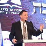 """יו""""ר הכנסת יולי אדלשטיין מברך בערב לציון חצי מליון כרכים של פניני הלכה. צילום - ישראל ברדוגו"""