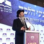 הרב אליעזר מלמד מודה לשותפים לכתיבת והפצת פניני הלכה בערב לציון חצי מליון כרכים של הסדרה. צילום - ישראל ברדוגו
